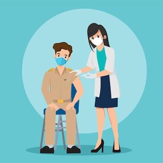 Люди получают вакцины с врачом для защиты от вирусов. государственный служащий таиланда впервые сделал тестовую вакцинацию.