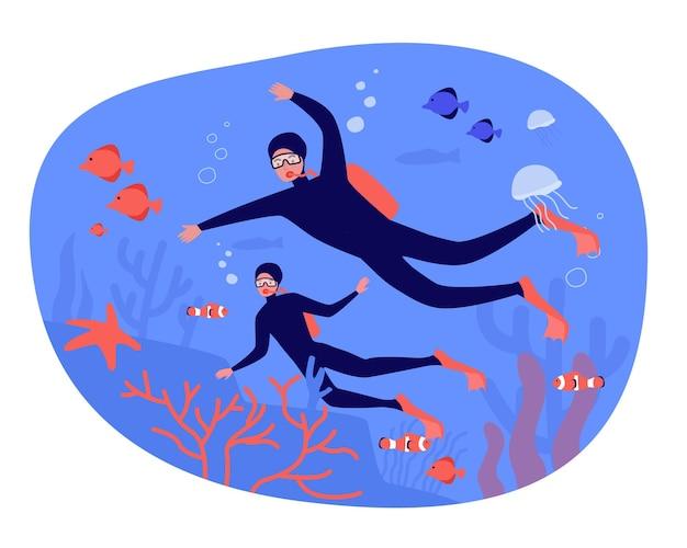 함께 다이빙을 하는 사람들은 평평한 벡터 삽화를 가지고 있습니다. 물고기, 조류, 산호, 해파리 및 전체 수중 세계를 탐험하는 남녀. 바다, 자연, 여행, 익스트림, 수영, 동물 개념