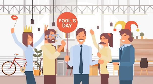愚か者の日を祝っている人々のグループ