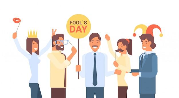 愚か者の日を祝う人々のグループ4月の休日グリーティングカードバナー