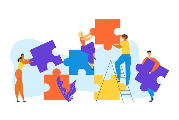 Группа людей вместе стоит на лестнице и создает огромные красочные отдельные части головоломки