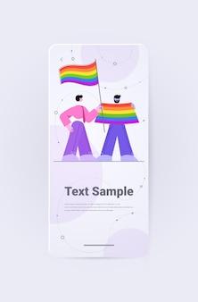 Lgbtレインボーフラッグを持っている人ゲイレズビアンラブパレードプライド月間お祝いトランスジェンダー愛