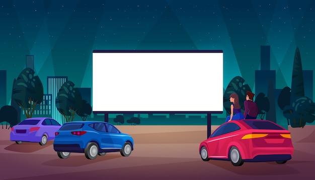 Люди в автомобильной концепции кинотеатра, смотрят фильм на фоне кинотеатра под открытым небом