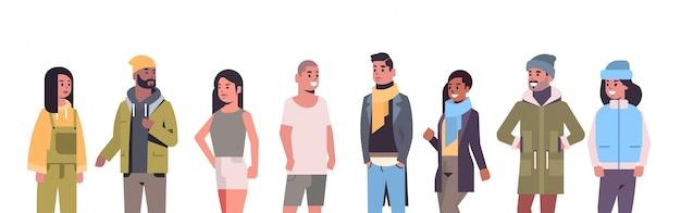 カジュアルな服を着て一緒に立っている人は、季節の服を着てレースの男と女を混ぜます Premiumベクター