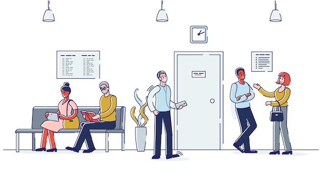 Люди в коридоре сидя и стоя ждут деловой встречи