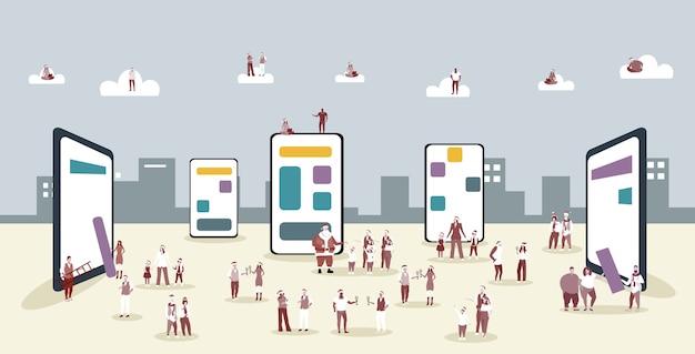 Люди в шляпах санта-клауса, использующие онлайн-мобильное приложение, мужчины, женщины, корпоративная вечеринка, рождество, новогодние праздники, концепция, экран смартфона, городской пейзаж