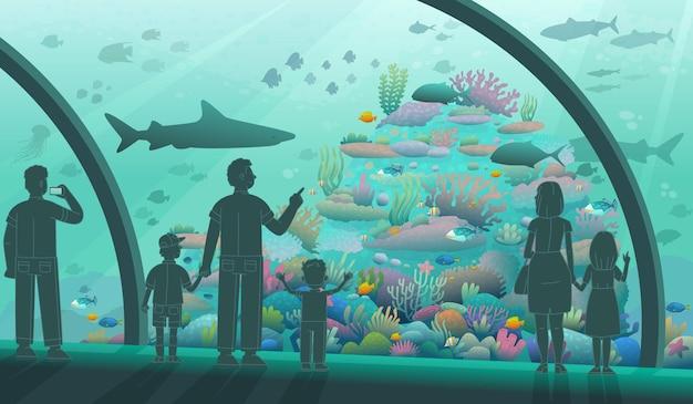 수족관에 있는 사람들. 부모와 자녀는 바다 물고기와 해양 주민을 봅니다. 다양한 수중 동식물군. 만화 스타일의 벡터 일러스트 레이 션