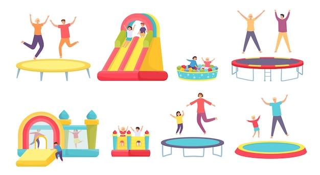 人々はトランポリンでジャンプします。幸せな大人、子供、家族がトランポリン、インフレータブルハウス、滑り台で跳ねます。アクティブなエンターテインメントベクトルセット