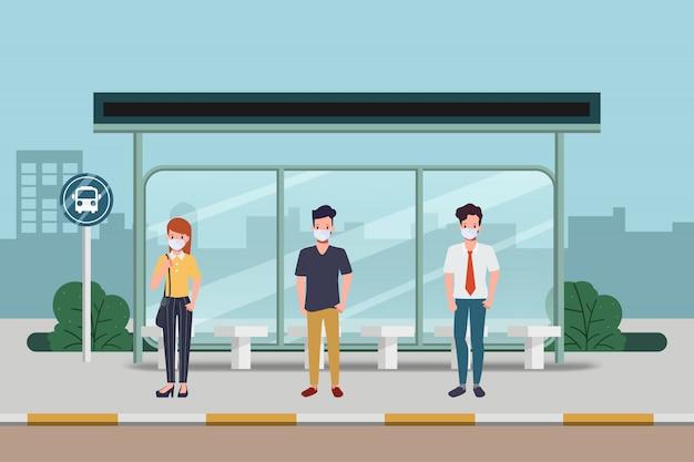 人々はバス停で距離を保ちます。 covid-19の新しい通常のライフスタイル。