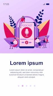 Люди слушают ораторов от радиовещательной станции. мужчина и женщина слушают подкаст онлайн ведущий сидит и разговаривает в микрофон. радио и технологическая концепция