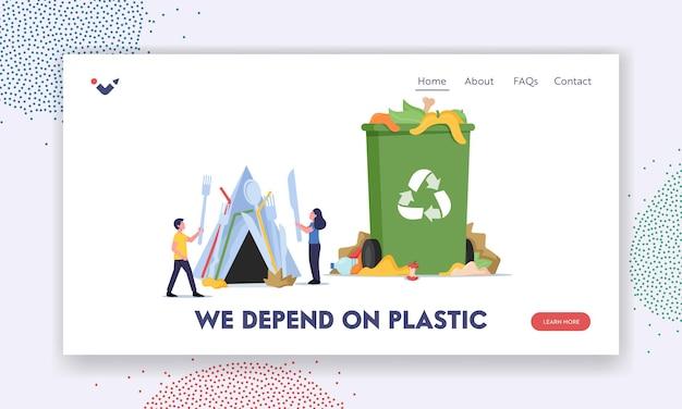 사람들은 쓰레기 방문 페이지 템플릿에 살고 있습니다. 작은 남성과 여성 캐릭터는 재활용 표지판과 쓰레기가 있는 거대한 쓰레기통 근처에 플라스틱 칼 붙이를 만들고 있습니다. 만화 벡터 일러스트 레이 션