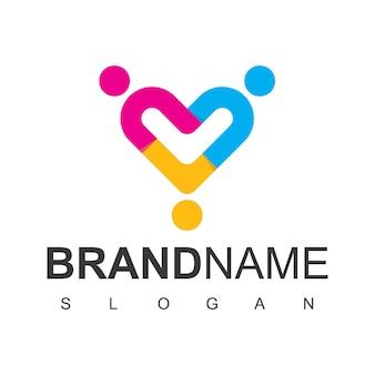 Люди логотип с символом любви в изолированном белом фоне
