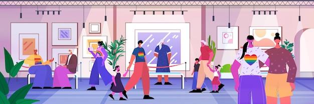 현대 미술관에서 창의적인 현대 회화 작품이나 전시를 보는 사람들 트랜스젠더 사랑 lgbt