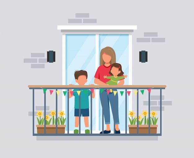 バルコニー、子供を持つ母、コロナウイルスの概念上の人々。流行中は家にいること。