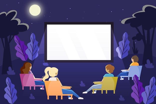椅子に座っている人がオープンエアの映画館