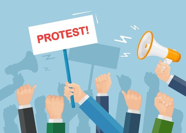 ストライキ中の人々。プラカード、メガホンを持った抗議者の群衆