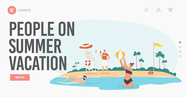여름 휴가 방문 페이지 템플릿에 사람들입니다. 해변에 관광객과 구조자입니다. 인명 구조원 남성 캐릭터는 바다에서 수영하는 사람들을 경고하는 모래 해변에서 확성기에 고함을 지릅니다. 만화 벡터 일러스트 레이 션