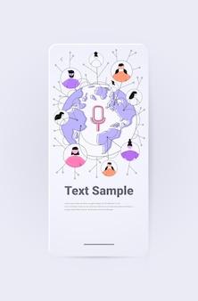 음성 메시지 음성 채팅 응용 프로그램으로 인스턴트 메신저로 통신하는 세계지도상의 사람들