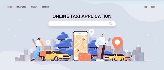 모바일 앱 온라인 택시 앱 운송 서비스에서 위치 표시가있는 자동차를 주문하는 사람들