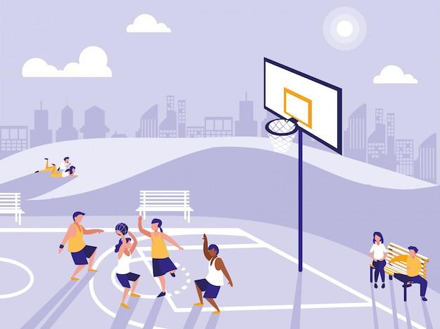 Люди, занимающиеся спортом на баскетбольном поле
