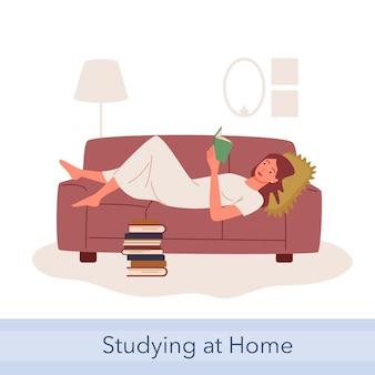 Люди читают и учатся, получают образование или хобби. мультфильм молодой читатель счастливая женщина студент персонаж, лежа на диване, девушка читает бумажные книги из дома