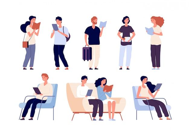 人々は読んだ。本を読んでいる人は、書店本祭で椅子に座っています。