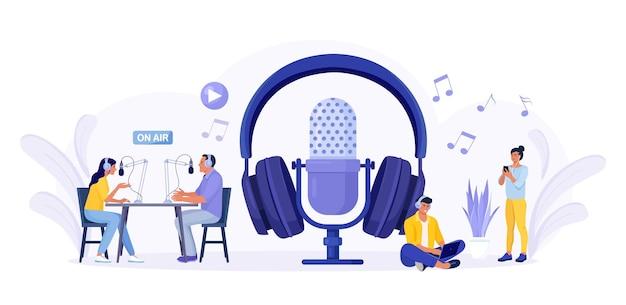 라디오 스튜디오에서 팟캐스트를 녹음하는 사람들. 마이크를 들고 게스트를 인터뷰하는 여성 라디오 진행자. 헤드폰 이야기를 하는 남자와 여자. 대중매체 방송. 헤드셋으로 음악을 듣는 사람들