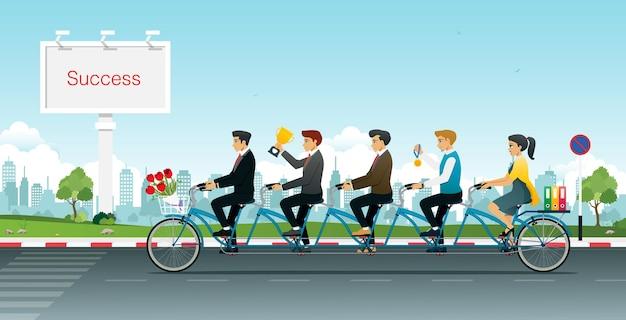 트로피를 들고 탠덤 자전거를 타는 사람들