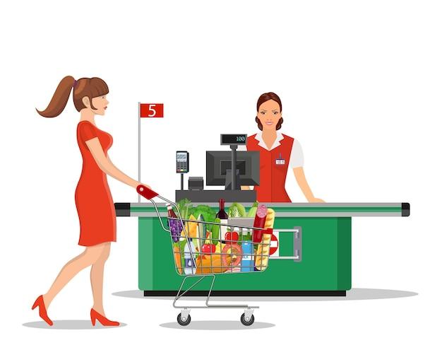 Люди, делающие покупки в супермаркете.