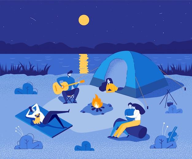 キャンプファイヤーの周りに座って休憩している人々。