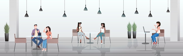 Люди сидят за столиками кафе, обсуждая во время встречи модерна в ресторане