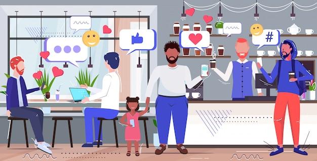 Люди, проводящие время в кафе социальные медиа сеть чат пузырь общение концепция смешивать расы посетители с помощью мобильного приложения онлайн современный интерьер интерьера эскиз полная длина горизонтальный