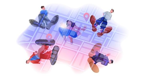 Gps 핀 지리적 위치 탐색 선택으로 도시지도에 서있는 사람들