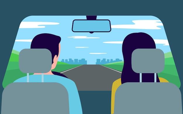 사람들은 차를 타고 여행을 하며 자연을 다시 볼 수 있습니다. 가족 남녀가 도로를 따라 운전하고 있습니다.