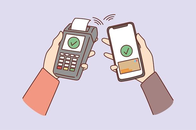 사람들은 스마트폰과 은행 단말기로 비접촉 결제를 사용합니다.