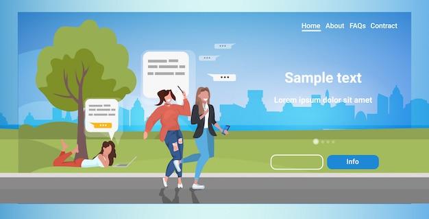 デジタルデバイスのソーシャルアプリ音声チャットバブル通信の概念でチャットアプリを使用している人々