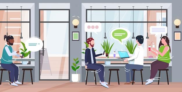 Люди, использующие гаджеты, чат пузырь, социальные медиа, онлайн, коммуникация, концепция, смесь, посетители, пьющие кофе, с удовольствием, современное кафе, интерьер, полная длина, горизонтальный