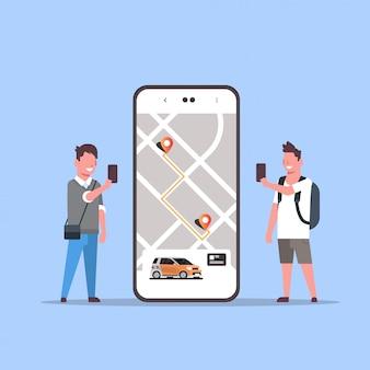 Люди, использующие онлайн заказ такси, совместное использование автомобиля, мобильное приложение, концепция, транспорт, автосервис, сервис, приложение, мужчина, женщина, возле экрана смартфона с картой gps.