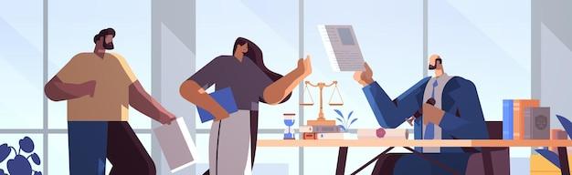 法律文書公証人の公共概念の水平方向の肖像画をスタンプする署名と合法化文書のために弁護士事務所を訪れる人々