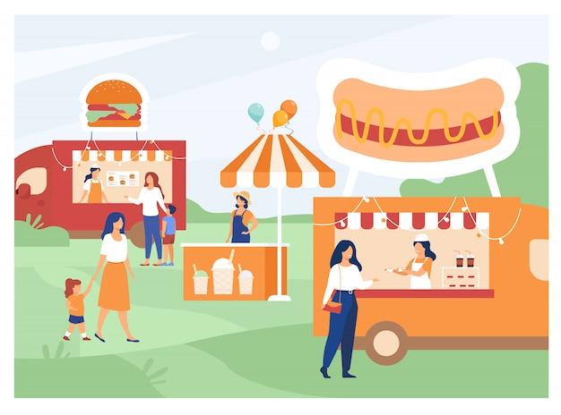 Люди посещают ярмарку уличной еды