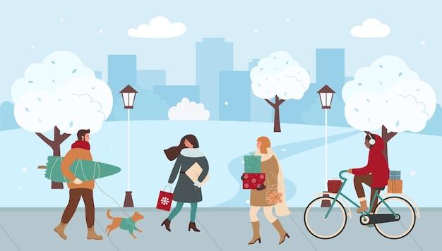 Люди ходят по городской улице, спешат на рождественскую ярмарку