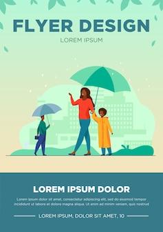 通りのカラフルなフラットベクトルイラストで雨の間に歩く人々。赤い傘の下を歩いているレインコートを着た子供を持つ母親。高層ビルやその他の建物のある街並み