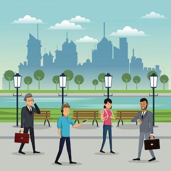 公園の都会の背景を歩いている人々