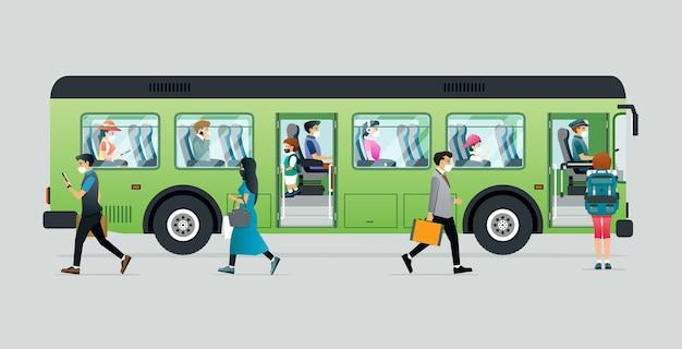 Люди носят маски, чтобы предотвратить заболевания во время поездок в автобусах