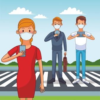 Люди, носящие медицинскую маску и смартфоны, остаются на связи