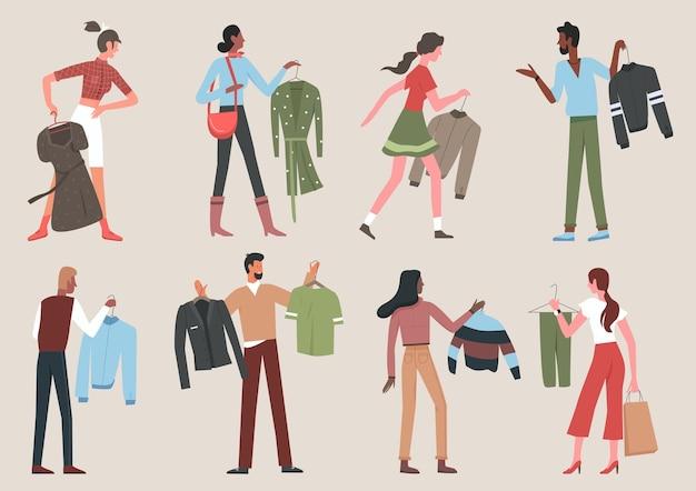 Люди с вешалками для одежды, держащие висящее платье или куртку в магазине или дома