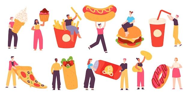 ファーストフードを持っている人。小さなキャラクターは、ピザ、ハンバーガー、ホットドッグ、ソーダドリンク、ポテトチップス、甘いデザートを持っています。フラットな屋台の食べ物のベクトル。ジャンクファーストフード、ピザ、ホットドッグを保持しているイラスト女性男性