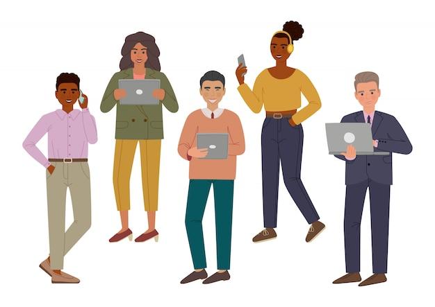 ガジェットを持つ人々。笑顔の男性と女性がスマートフォン、タブレット、ノートパソコンを使用しています。分離された漫画のキャラクター。