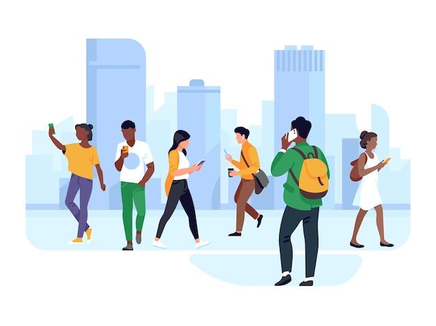 路上で電話を持っている人。都市の女性と男性は、動きのあるガジェット、チャット、通話、カジュアルな都会のキャラクターのベクトルの概念を使用します