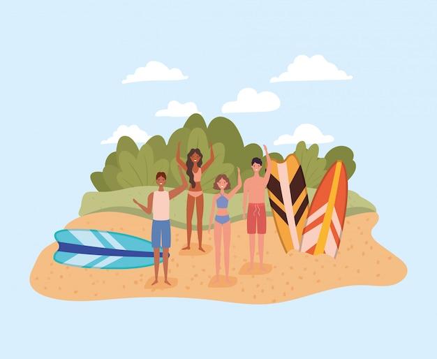 Люди с купальниками и досками для серфинга на пляже